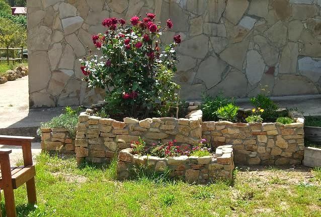 Imagenes de jardines imagenes de jardineras de piedra - Jardineras para jardin ...